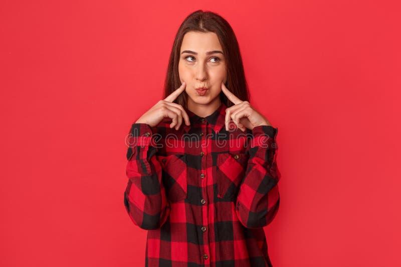 freestyle Posição da jovem mulher isolada nos mordentes tocantes vermelhos brincalhão imagem de stock royalty free