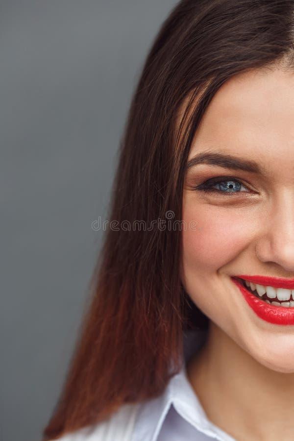 freestyle Vrouw status geïsoleerd op grijs het lachen vrolijk half gezichtsclose-up stock afbeeldingen