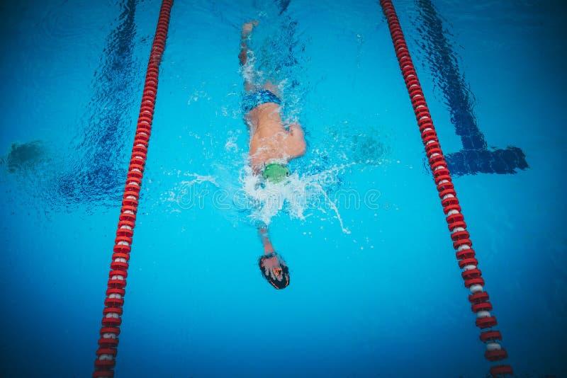 Freestyle-zwemmer in een oefening in zwemtechniek in het zwembad stock foto