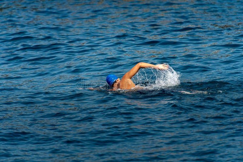Freestyle-zwemmer in zee - Voorste kruipper royalty-vrije stock afbeeldingen