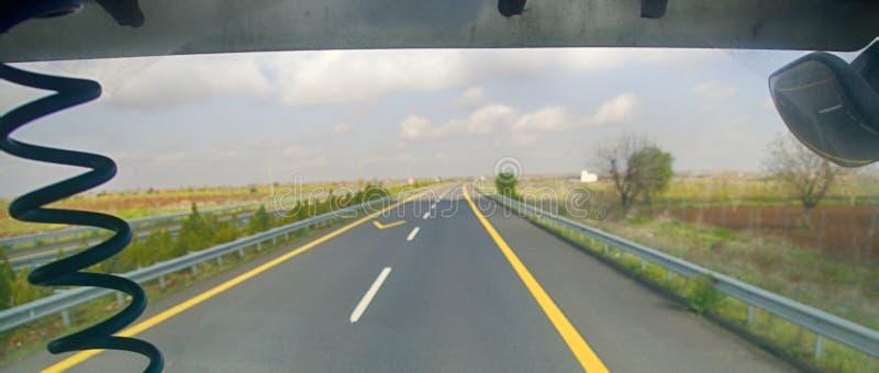 freeway Отключение автомобиля вдоль предгориь стоковые фотографии rf