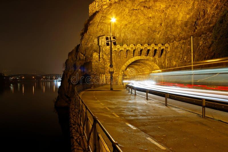 Freezelight i tunnelen på natten royaltyfri foto