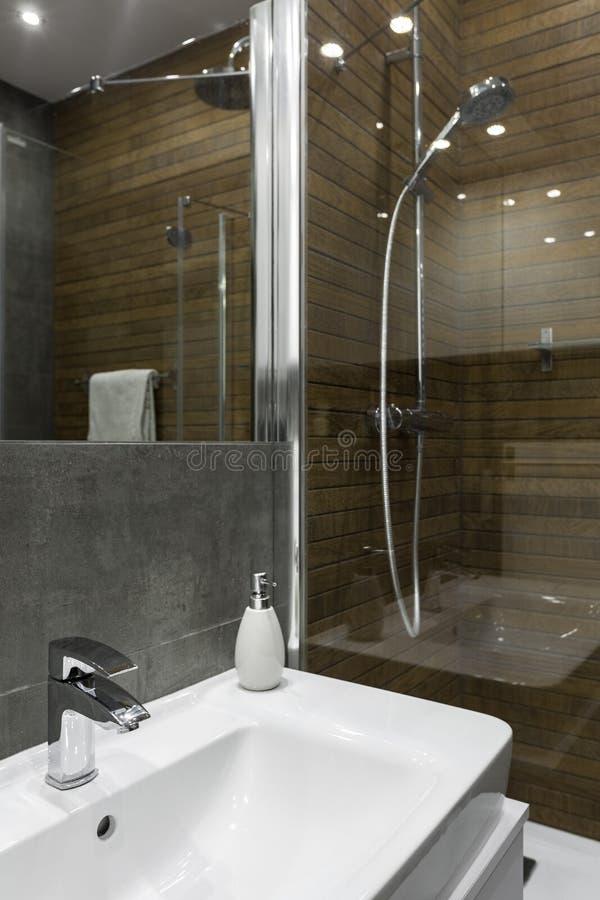Fregadero blanco en cuarto de baño fotografía de archivo