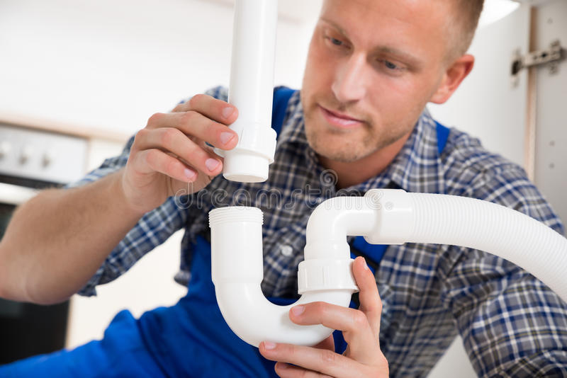 Fregadero de Repairing Pipe Of del fontanero imagen de archivo