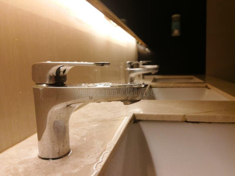 Fregadero del cuarto de baño de la limpieza en lavabo público foto de archivo libre de regalías