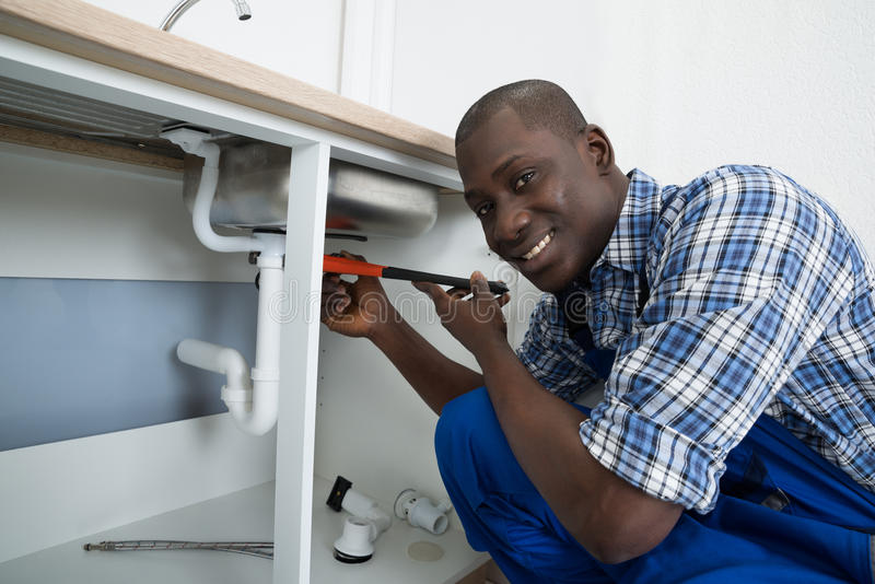 Fregadero masculino de Fixing Pipe Of del fontanero fotografía de archivo
