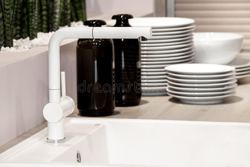 Fregadero y grifo blancos modernos de cocina imagen de for Fregaderos modernos