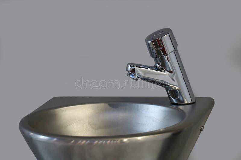 Fregadero y grifo del cuarto de baño del metal fotografía de archivo libre de regalías