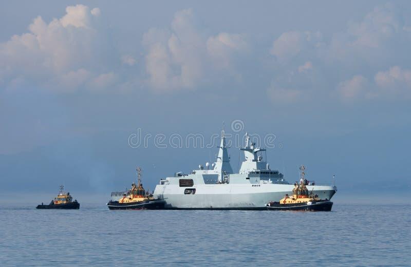 Fregata e rimorchiatori fotografia stock libera da diritti