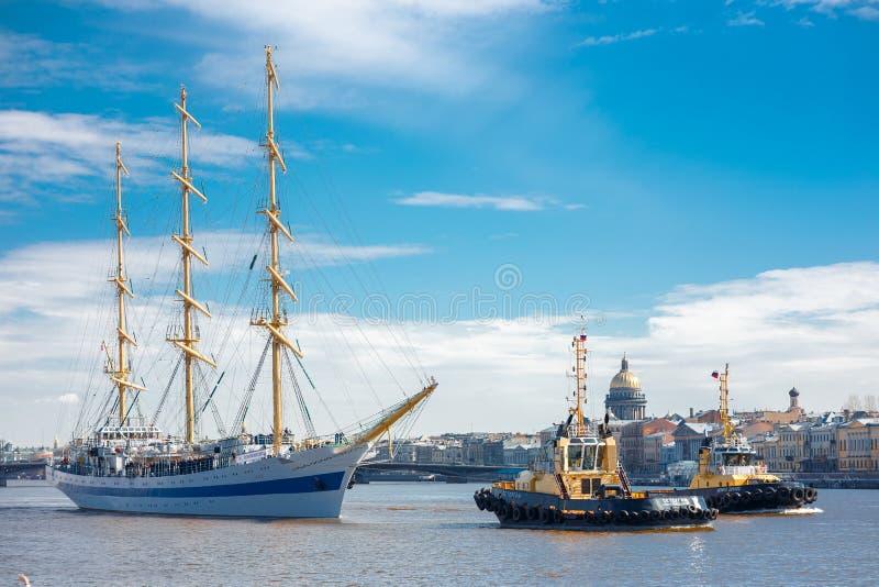 Fregata MIR unosi się na Neva rzeki St Petersburg, Rosja zdjęcia stock