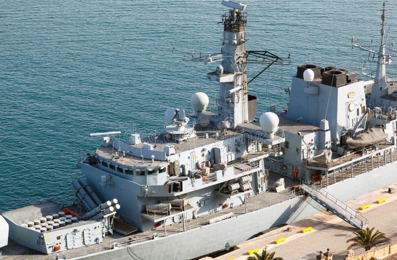 Fregatt för typ 23 i Malta den storslagna hamnen royaltyfri fotografi