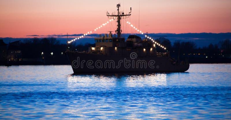 Fregatte im Hafen lizenzfreie stockbilder