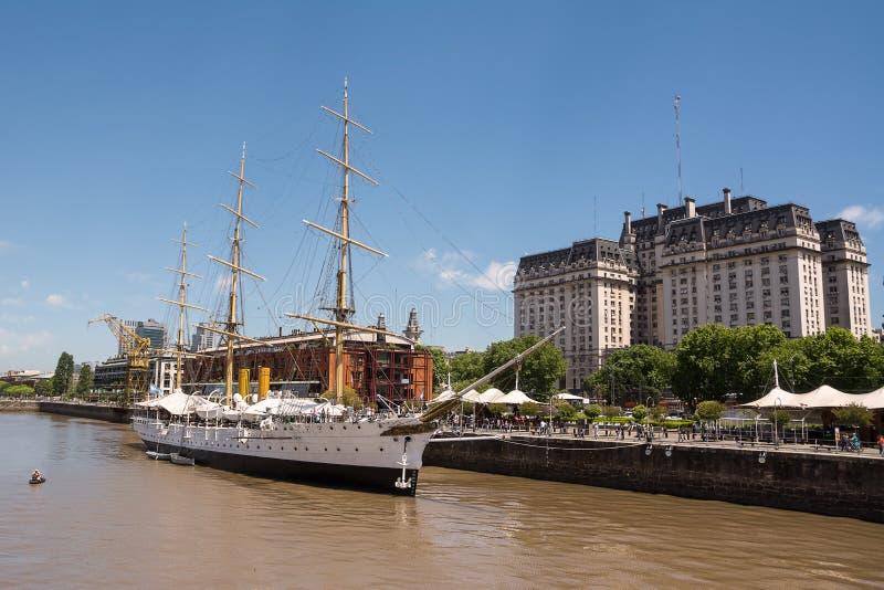 Fregatte Sarmiento im Rio de la Plata- und Kirchner-Palast herein lizenzfreies stockfoto