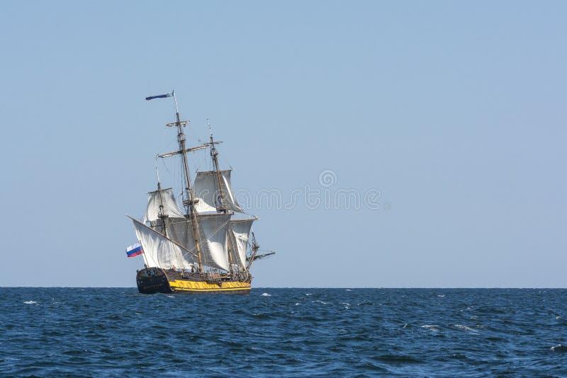 Fregatte Shtandart-Segeln lizenzfreie stockfotografie