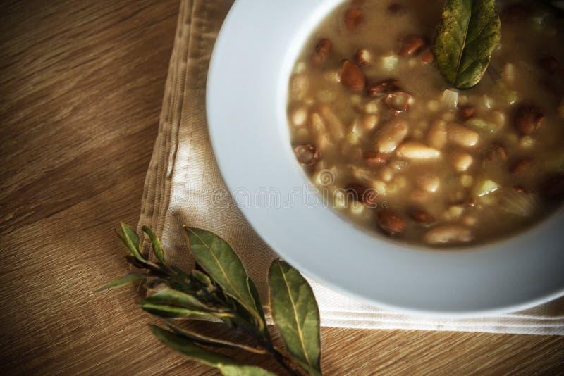 Fregola και σούπα φασολιών σε ένα άσπρο πιάτο στοκ φωτογραφία