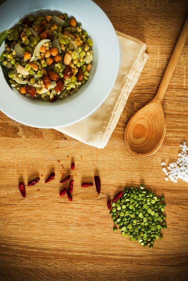 Fregola, φασόλια, chickpea και κρεμμυδιών σούπα στοκ εικόνες