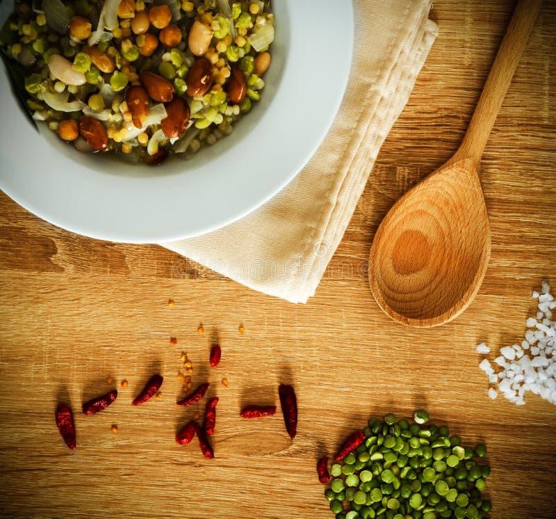 Fregola, φασόλια, chickpea και κρεμμυδιών σούπα στοκ εικόνα
