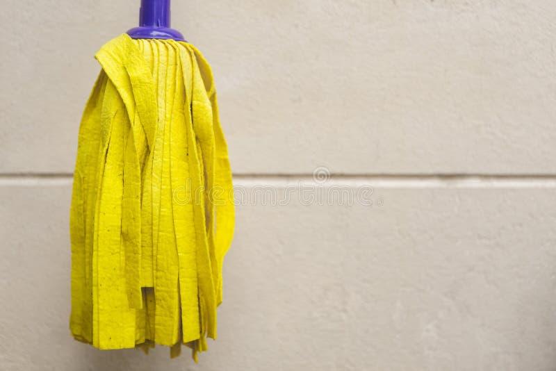 Fregona amarilla para el piso fotos de archivo libres de regalías