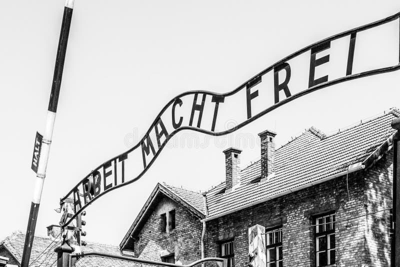 Frei do macht de Arbeit da inscri??o do metal na porta da entrada principal ao campo de concentra??o de Oswiecim, Pol?nia imagens de stock royalty free