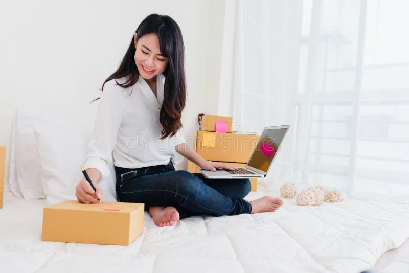 Freiberuflerfrau, die sme-Geschäft im Büro Arbeits ist lizenzfreie stockfotografie
