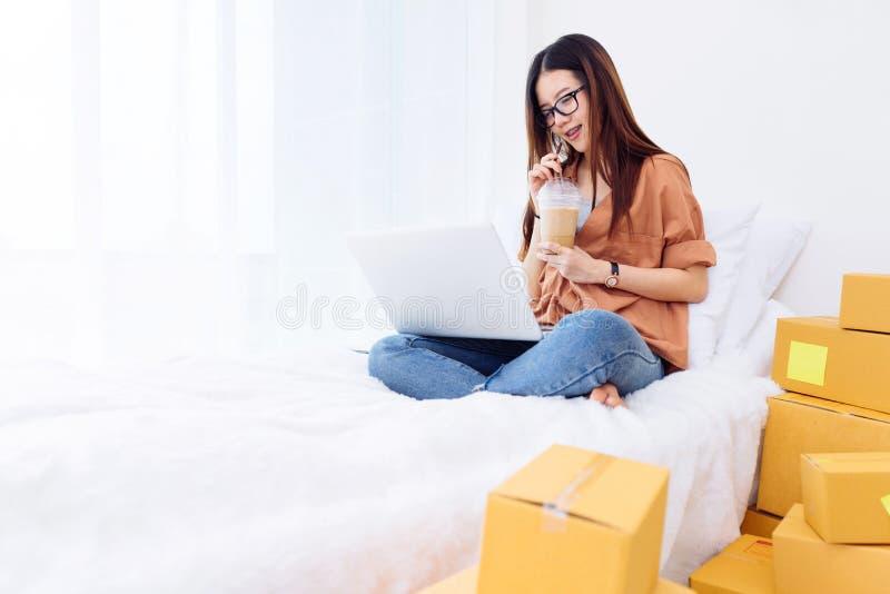 Freiberuflerfrau, die sme-Geschäft im Büro im Haus Arbeits ist lizenzfreie stockfotos