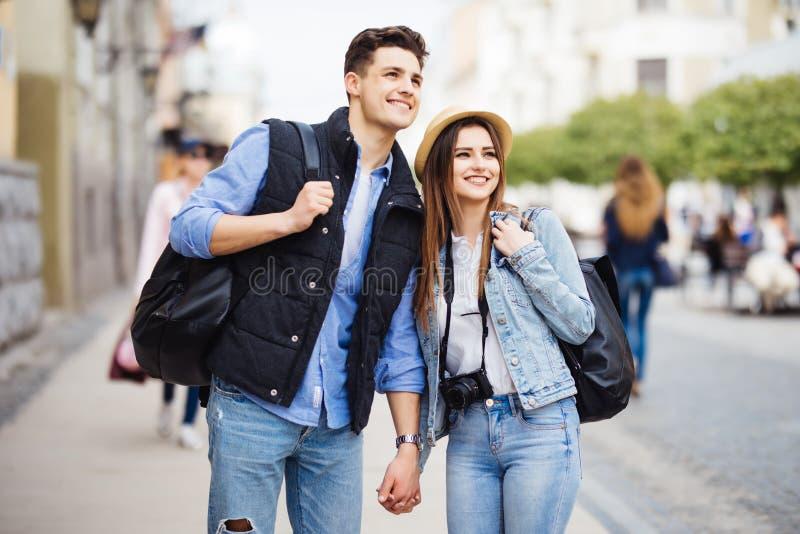 Freiberuflich tätig seiende Fotografen der Junge, die das Reisen und das Wandern genießen Junge Paare mit neuem Bestimmungsort de stockfoto