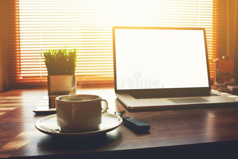 Freiberuflich tätiger Hauptdesktop mit offener Laptop-Computer lizenzfreie stockfotografie