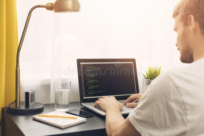 Freiberuflich tätiger Programmierer, der vom Haus arbeitet stockfotos