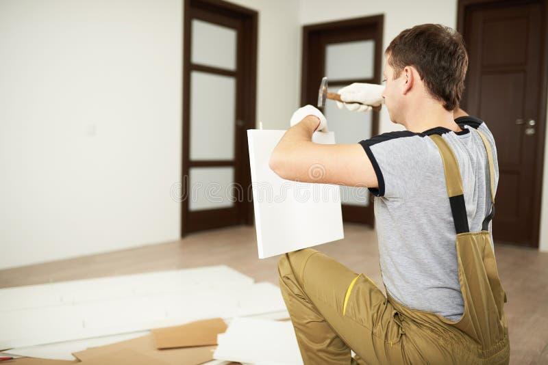 Freiberufliche Dienstleistung für Möbelinstallation stockbild