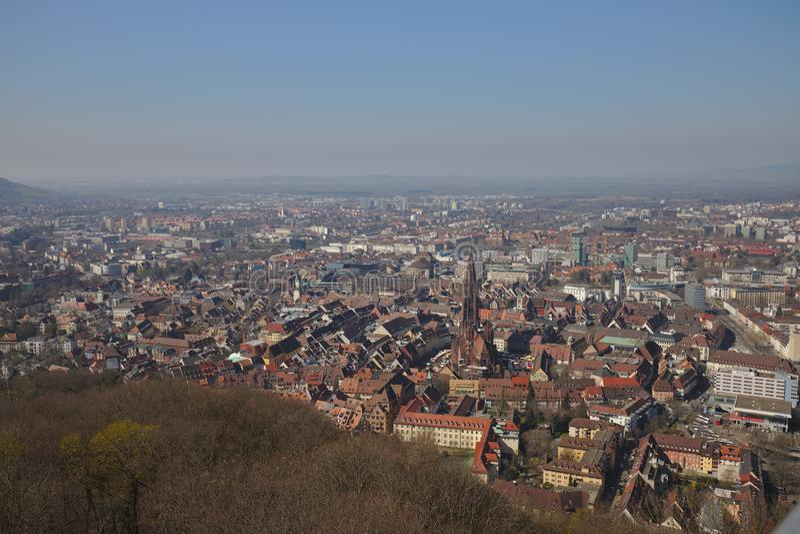 Freiburg Alemanha arquitetura da cidade com a igreja famosa da torre de schlossberg foto de stock