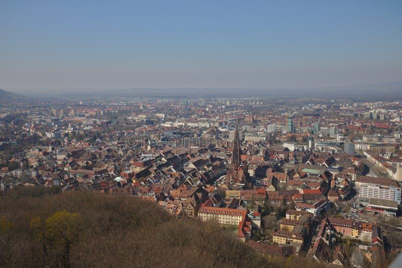 Freiburg Tyskland cityscape med den berömda domkyrkan från det schlossberg tornet arkivfoto