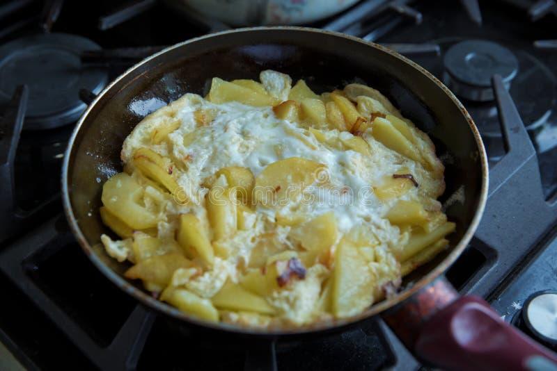 Freid土豆 土豆油炸物用鸡蛋 在平底锅的土豆油炸物用贝类 免版税库存图片