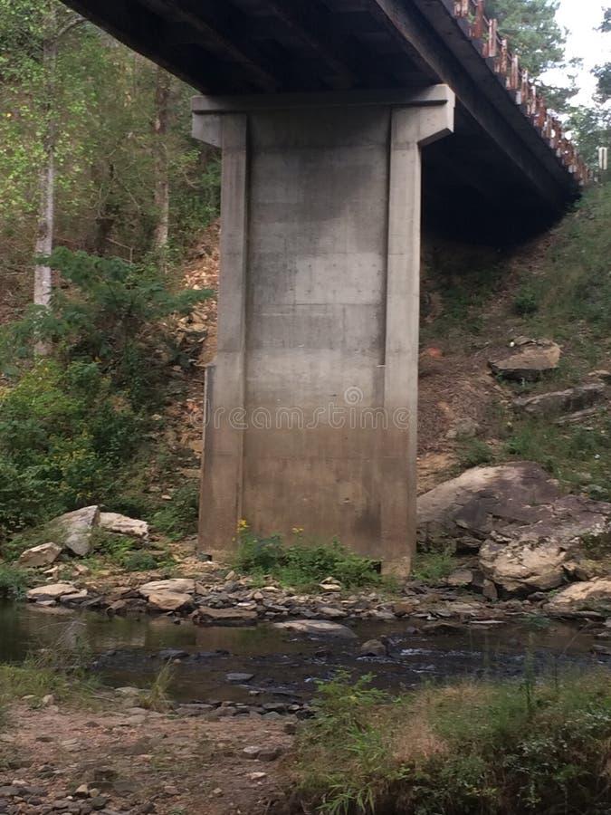 freie überspannende Lichtbogenbetonbrücke lizenzfreie stockfotografie