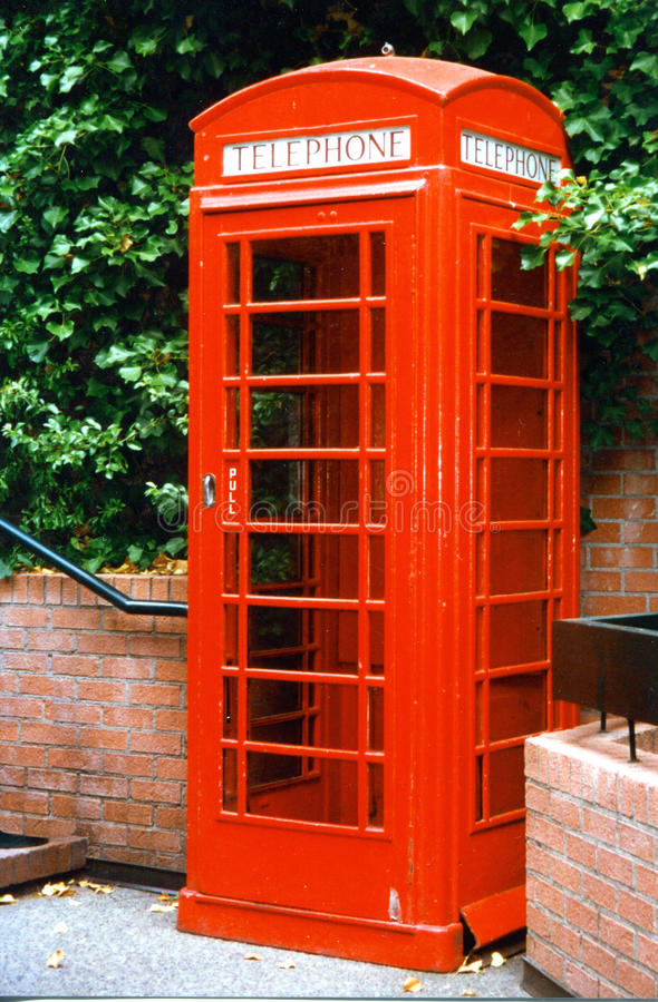 Freie Englischrot-Telefonzelle lizenzfreies stockbild