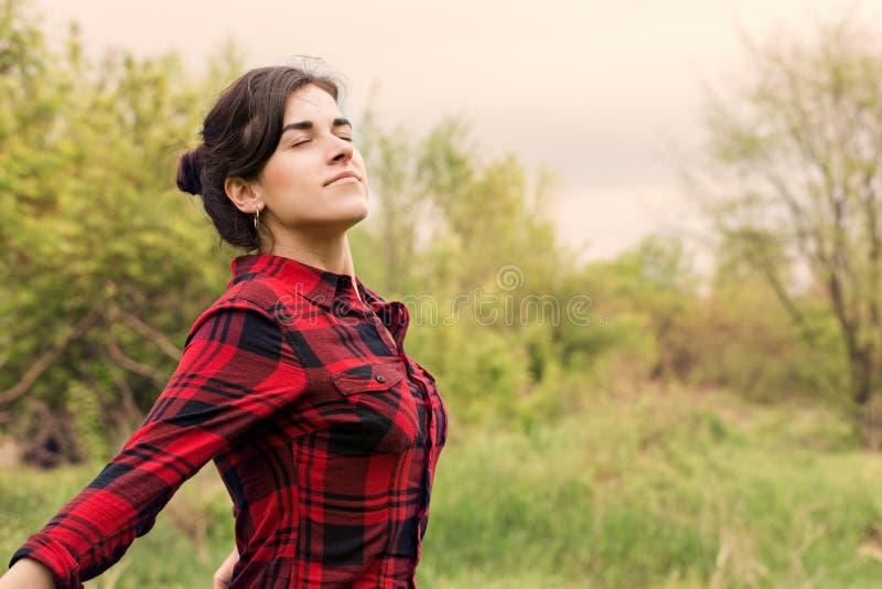 Freie Frau atmet tief lizenzfreie stockfotos