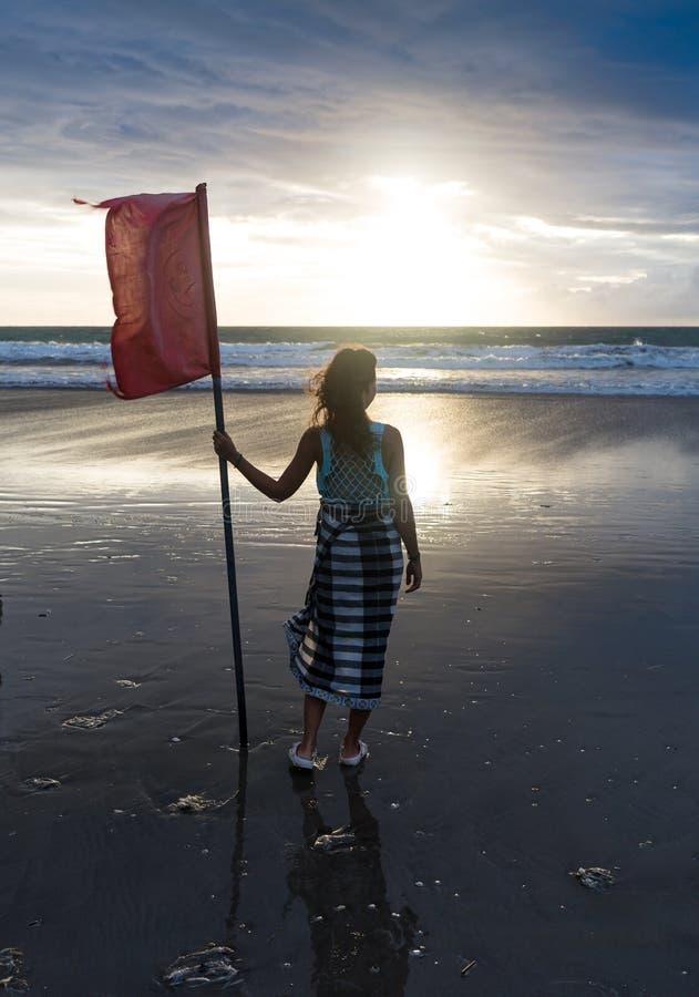 Freie Frau, welche die Freiheit sich fühlt glücklich am Strand bei Sonnenuntergang genießt Schöne ruhige entspannende Frau im rei lizenzfreies stockbild