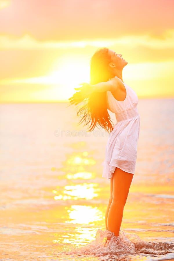 Freie Frau, welche die Freiheit sich fühlt glücklich am Strand genießt lizenzfreies stockbild