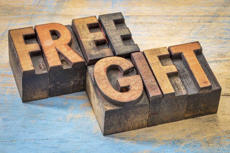 Freie Geschenkwörter im Weinlesebriefbeschwererholz schreiben lizenzfreie stockfotos