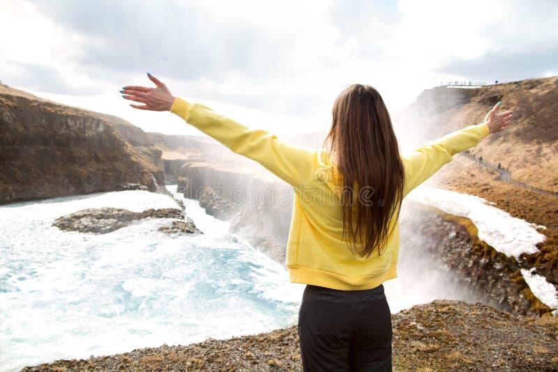 Freie glückliche Frau, die Natur genießt Schönheits-Mädchen im Freien Freiheit c stockfotografie