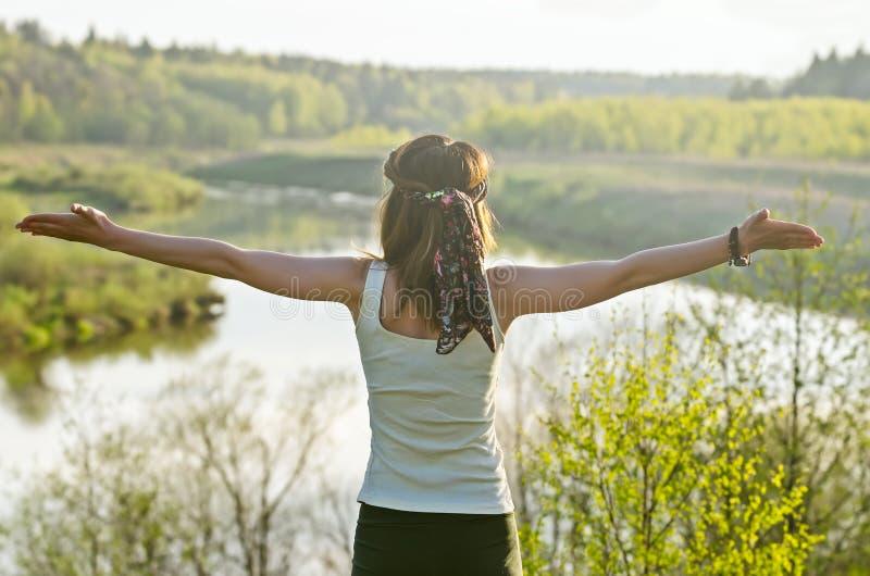Freie glückliche Frau, die Natur genießt Schönheits-Mädchen im Freien Freiheit c lizenzfreie stockfotografie