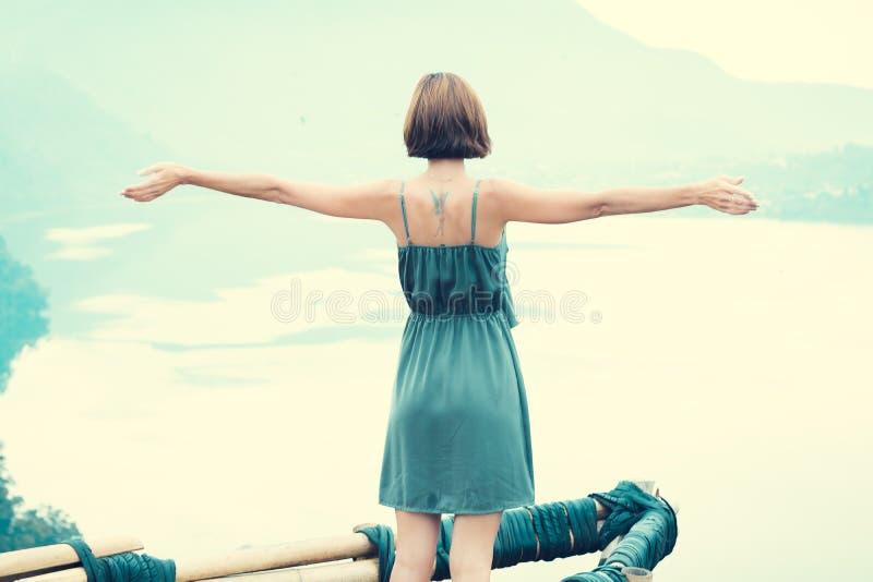 Freie glückliche Frau, die Natur genießt Schönheits-Mädchen im Freien Getrennt auf Schwarzem Schönheits-Mädchen in Himmel und Sun lizenzfreies stockfoto