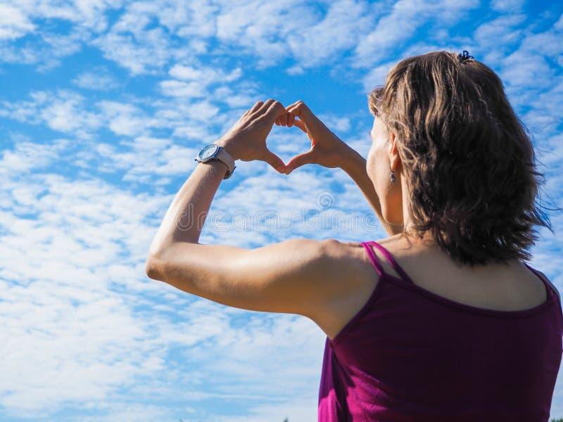Freie glückliche Frau, die Natur genießt Schönheits-Mädchen im Freien Schönheits-Mädchen in Himmel und Sun lizenzfreie stockbilder