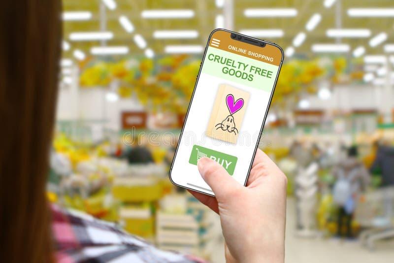 Freie Idee der Grausamkeit, Mädchen mit frameless Telefon auf unscharfem Shophintergrund lizenzfreie stockfotografie