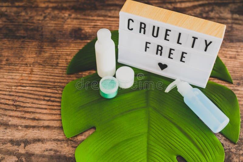 Freie Mitteilung der Grausamkeit auf lightbox mit skincare Produkten, Ethik des strengen Vegetariers lizenzfreie stockfotos