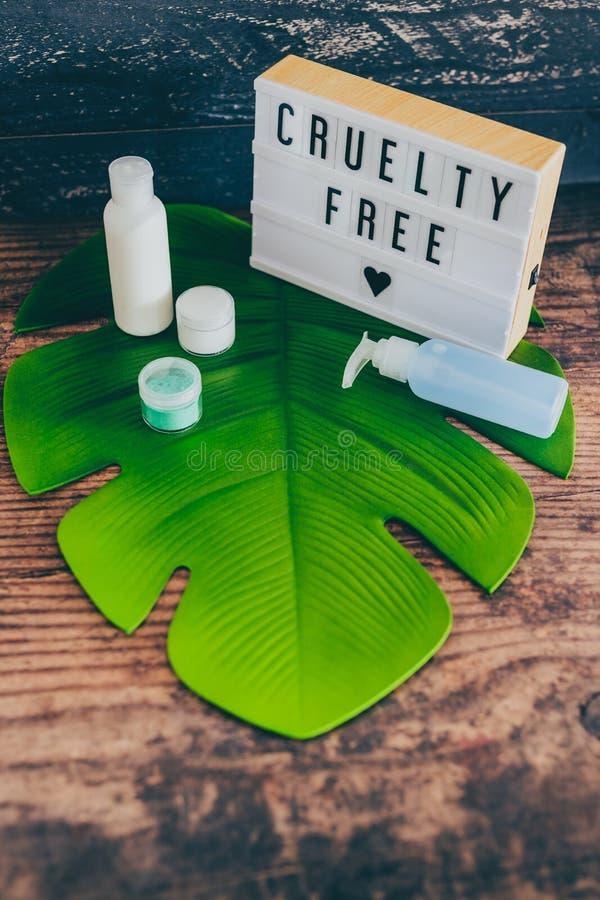 Freie Mitteilung der Grausamkeit auf lightbox mit skincare Produkten, Ethik des strengen Vegetariers stockfoto