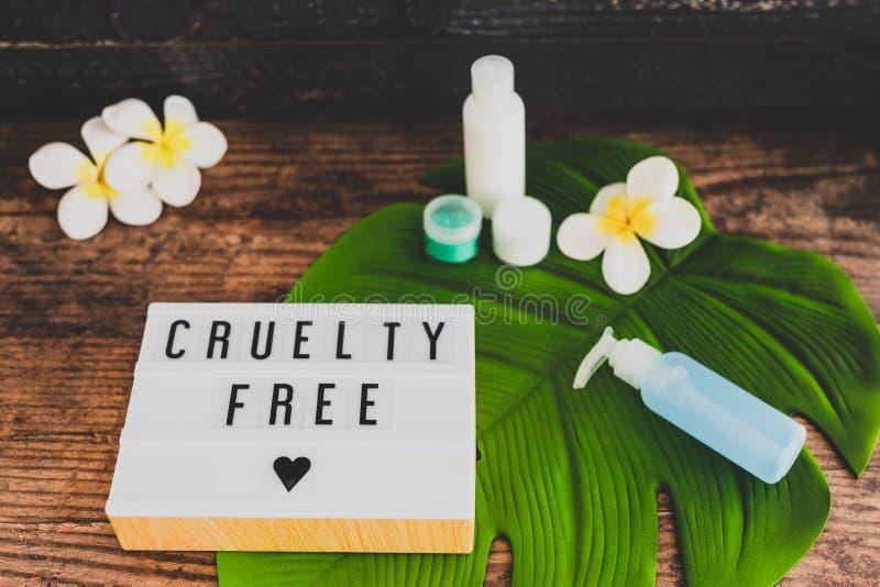 Freie Mitteilung der Grausamkeit auf lightbox mit skincare Produkten, Ethik des strengen Vegetariers stockfotos