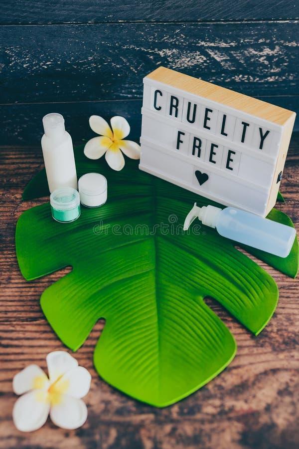 Freie Mitteilung der Grausamkeit auf lightbox mit skincare Produkten, Ethik des strengen Vegetariers lizenzfreies stockfoto