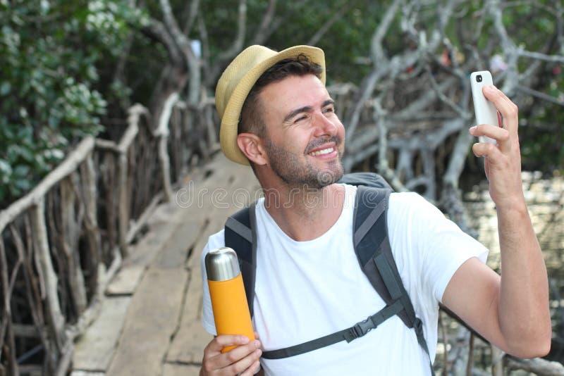 Freie Seele, die ein Foto während eines Abenteuers mit seinem Mobiltelefon macht lizenzfreie stockfotos