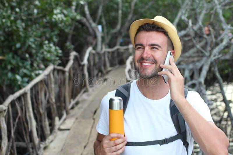 Freie Seele, die telefonisch während eines Abenteuers nennt lizenzfreies stockbild