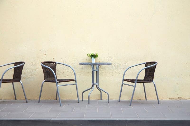 Freie Tabelle in einem Straßencafé lizenzfreies stockbild